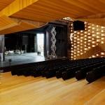 Blick im Saal auf die Bühne